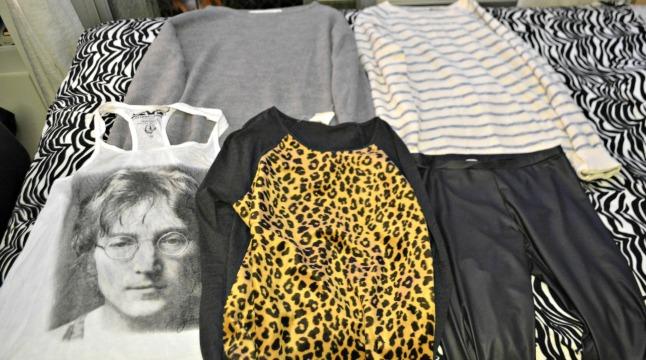 Sweaters da Zara, preço sob consulta /  Blusa John Lennon, Cavaleira R$49,00 / Calça legging estilo couro, Zara, preço sob consulta