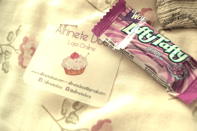 Isto veio junto, um cartãozinho com um doce