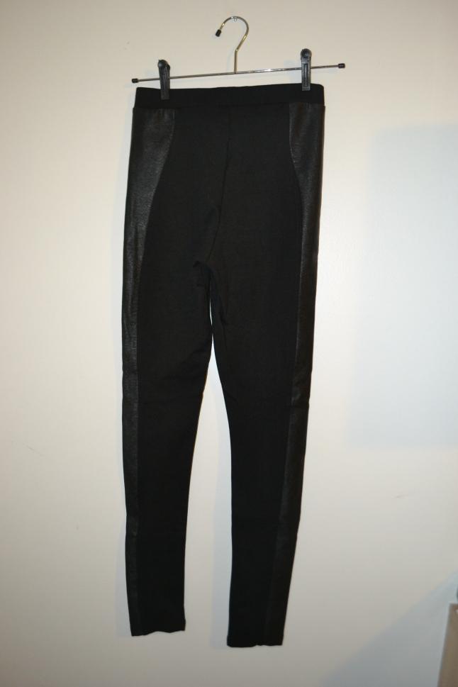 Calça preta com detalhe de couro -  R$ 130,90