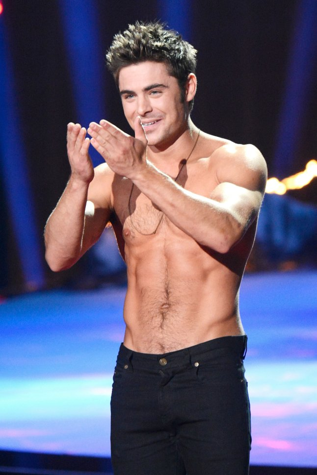 zac-efron-sem-camisa-movie-awards-5